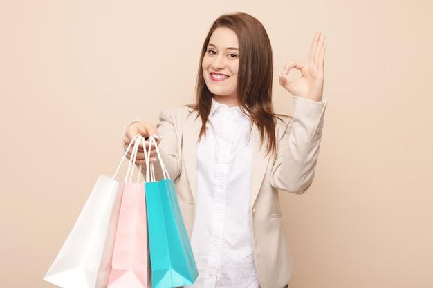 Giovane donna caucasica che va a fare shopping