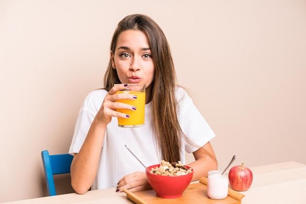 Giovane donna caucasica haing colazione