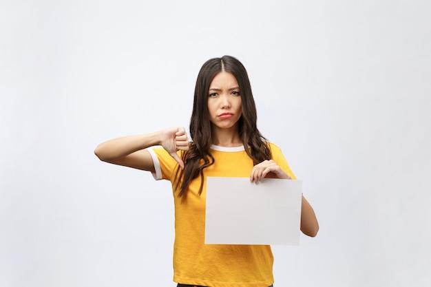 Giovane donna caucasica che tiene foglio di carta bianco