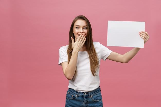 Giovane donna caucasica che tiene documento in bianco