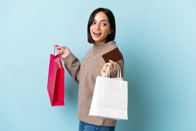 La giovane donna caucasica ha isolato i sacchetti della spesa della tenuta e una carta di credito