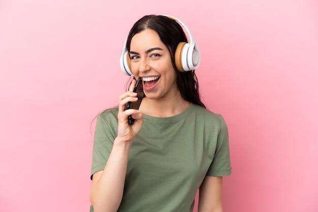 La giovane donna caucasica ha isolato la musica d'ascolto con un cellulare e cantando