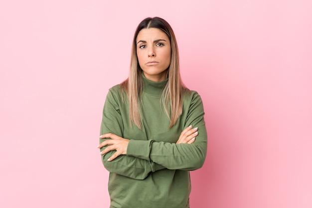 La giovane donna caucasica ha isolato lo sguardo infelice con l'espressione sarcastica.