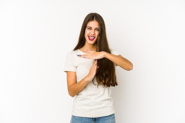 Giovane donna caucasica isolata su bianco che mostra un gesto di timeout.