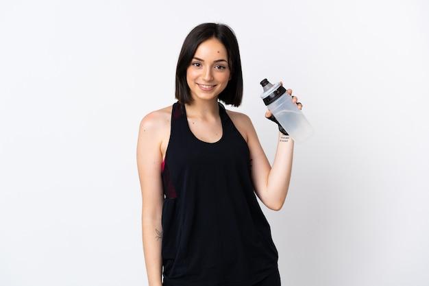Giovane donna caucasica isolata su bianco con bottiglia d'acqua sportiva