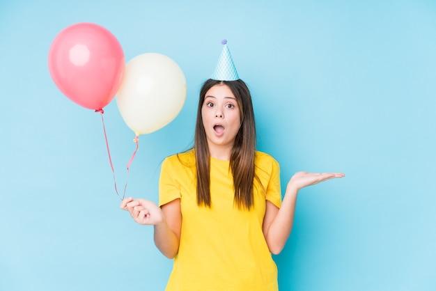 Giovane donna caucasica che organizza un compleanno isolato
