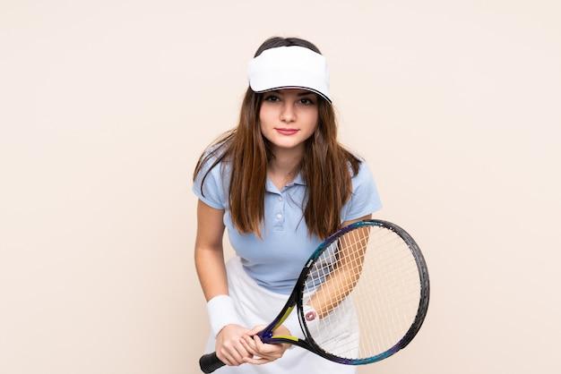 Giovane donna caucasica giocando a tennis