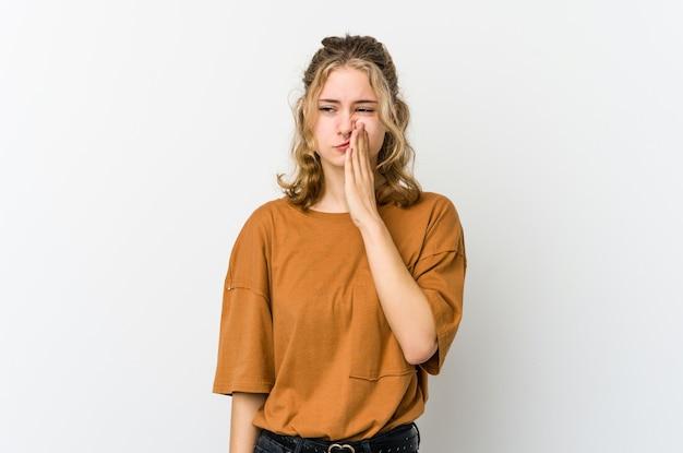Giovane donna caucasica su backrgound bianco con un forte dolore ai denti, dolore molare.