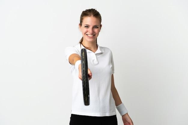 Giovane donna caucasica su bianco giocando a tennis