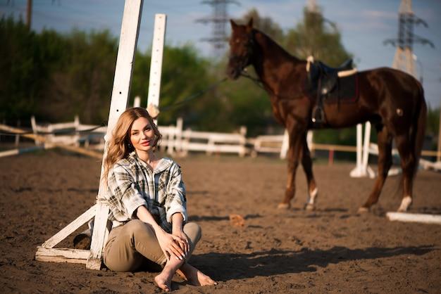Giovane ragazza allegra con il suo cavallo preferito