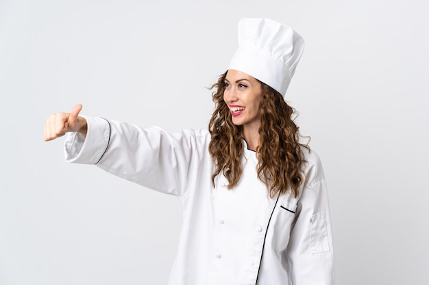 Giovane donna chef isolata su sfondo bianco dando un pollice in alto gesto