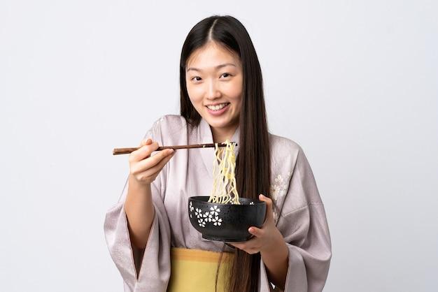 Giovane ragazza cinese che indossa il kimono isolata
