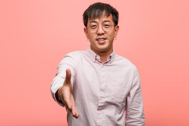 Giovane uomo cinese proteso a salutare qualcuno