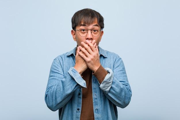 Giovane uomo cinese sorpreso e scioccato