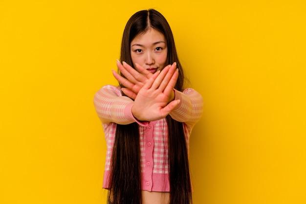 Giovane donna cinese che fa un gesto di diniego