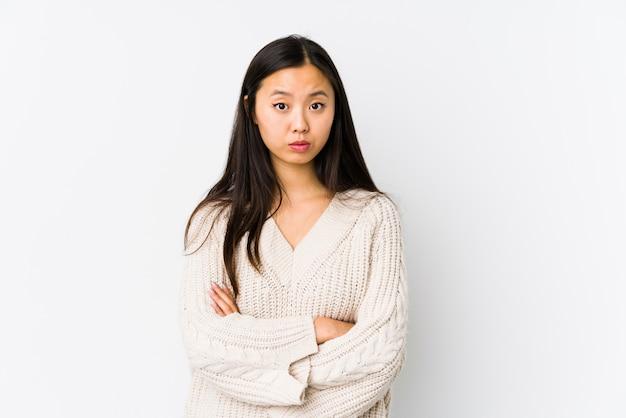Giovane donna cinese isolata insoddisfatta dell'espressione sarcastica.