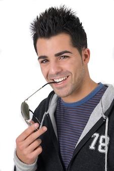 Giovane ragazzo del college con la sua felpa dopo una sessione di allenamento