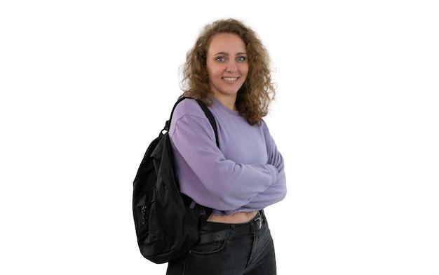 Giovane donna o studente di college con uno zaino, isolato su sfondo bianco.