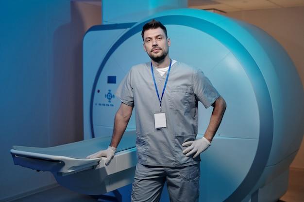 Giovane radiologo contemporaneo in uniforme grigia