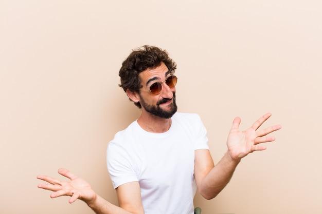 Giovane uomo barbuto freddo sorpreso