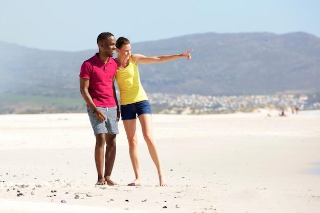 Giovane coppia sulla spiaggia