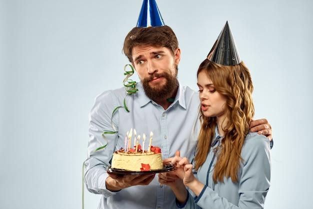Coppia giovane festa di compleanno torta divertente sfondo blu