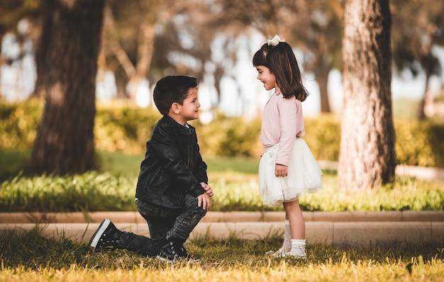 La giovane coppia, ragazzo e ragazza è innamorata