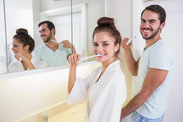 Giovane coppia lavarsi i denti