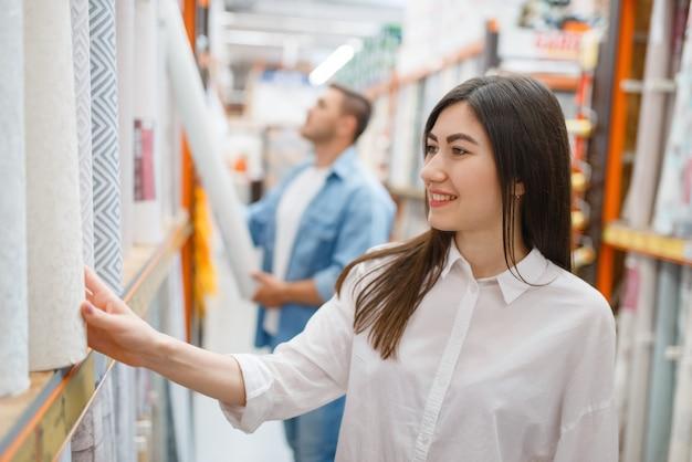 Coppia giovane acquisto rivestimento murale nel negozio di ferramenta