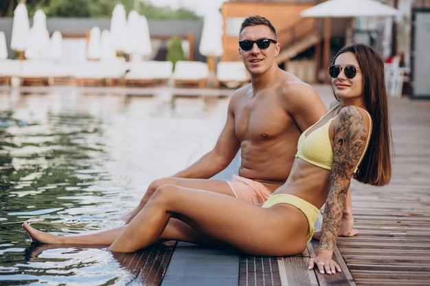 Giovane coppia in piscina