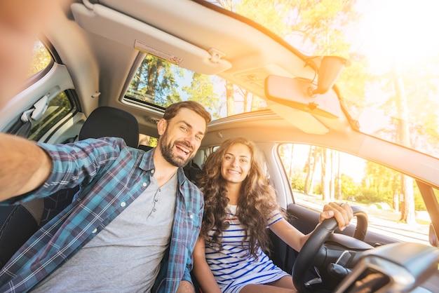 Giovane coppia in viaggio in macchina Foto Premium