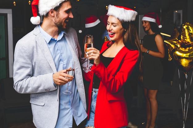Coppia giovane per celebrare il capodanno con champagne