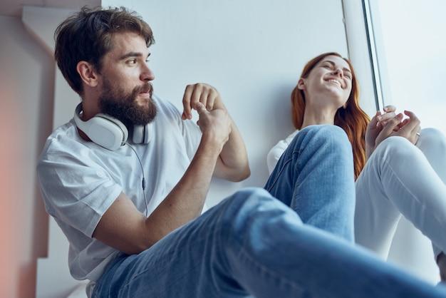 Una giovane coppia che chiacchiera vicino alla finestra, la gioia del romanticismo