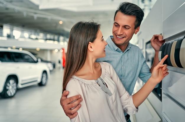 Giovani coppie che scelgono il colore degli interni per la loro auto nuova di zecca.