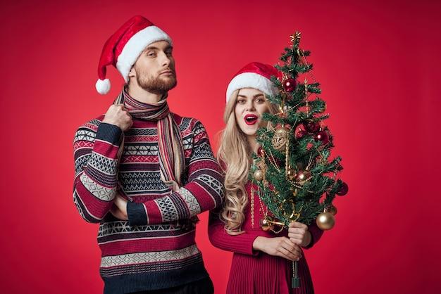 Giovane coppia decorazioni natalizie decorazione vacanza insieme romanticismo. foto di alta qualità