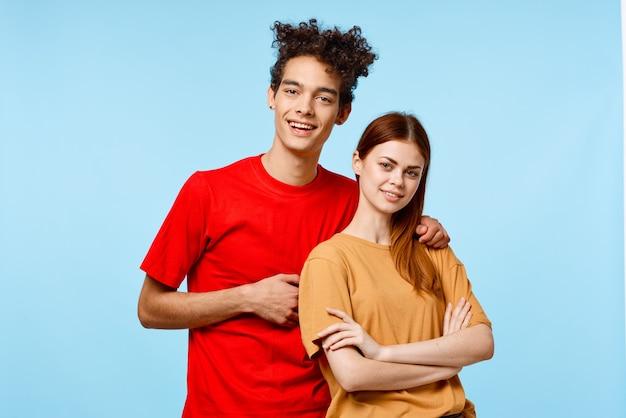 Coppia giovane ritagliata vista studio sfondo blu comunicazione