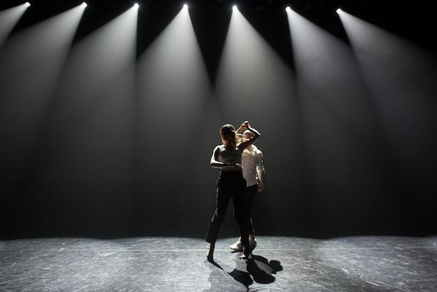 La giovane coppia balla la salsa caraibica