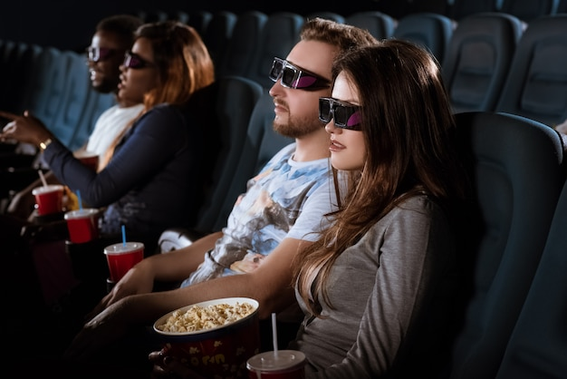 Giovane coppia ad un appuntamento al cinema 3d
