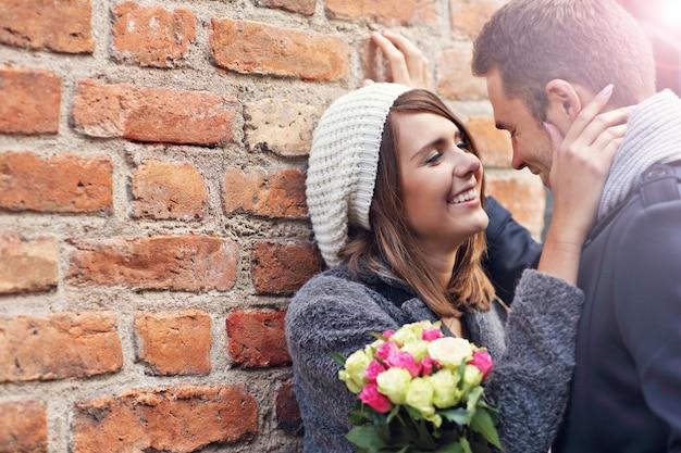 Giovane coppia in data in città