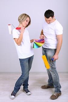 Giovani coppie che fanno insieme rinnovamento