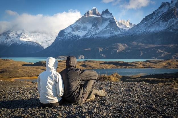 Giovane coppia godendo di un bellissimo scenario a torres del paine