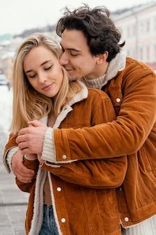 Giovani coppie che godono del tempo insieme