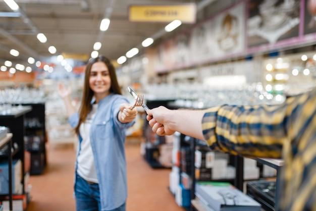 Coppia giovane scherma nel negozio di casalinghi