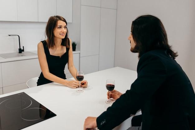 La giovane coppia in uno stato d'animo festivo si diverte a comunicare a casa. foto di alta qualità