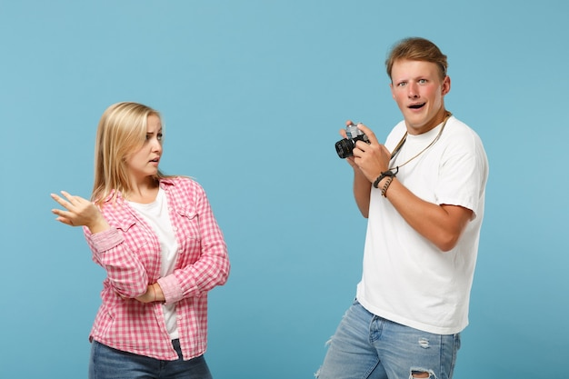 Giovane coppia amici ragazzo e donna in posa di magliette vuote vuote rosa bianche