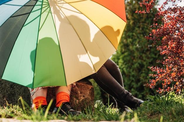 Giovane coppia di ragazze. ragazze innamorate dell'ombrello lgbt. due ragazze che baciano concetto. siluetta di due ragazze innamorate.