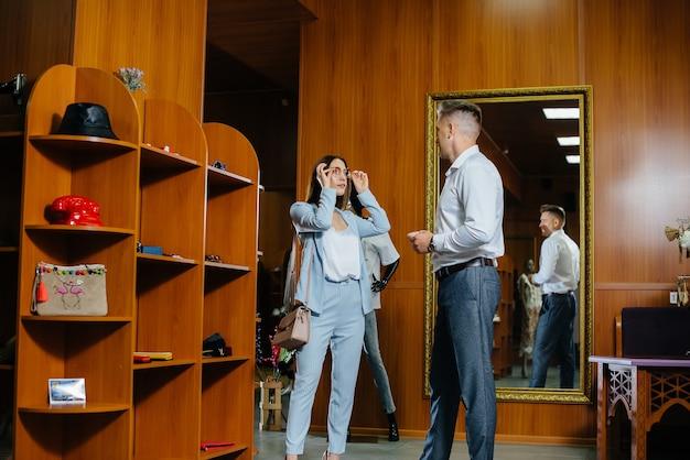 Una giovane coppia va a fare shopping e fa un po' di shopping.