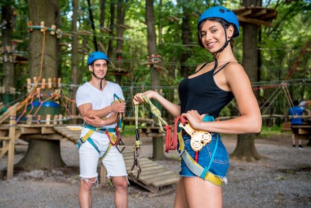Giovani coppie che hanno divertimento nel parco avventura