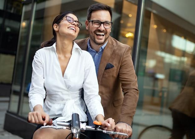 Giovane coppia divertirsi in città. felice giovane coppia che va a fare un giro in bicicletta