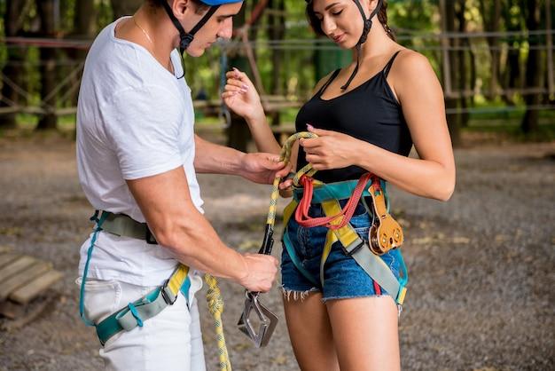 Giovani coppie che hanno tempo di divertimento nel parco avventura avventura.